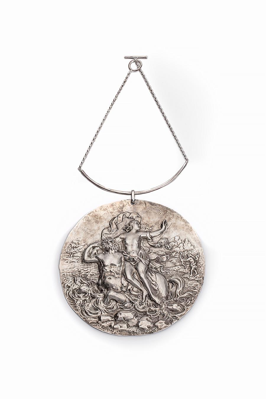 LARGE NECKLACE WITH A BAROQUE PLAQUE WITH  A MYTHOLOGICAL SCENE FROM THE METAMORPHOSES OF OVID